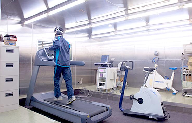 呼吸循環機能テスト室の内部